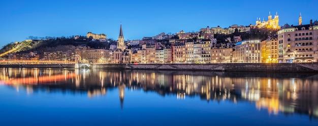 Panoramiczny widok na lyon z rzeką saone w nocy, francja.