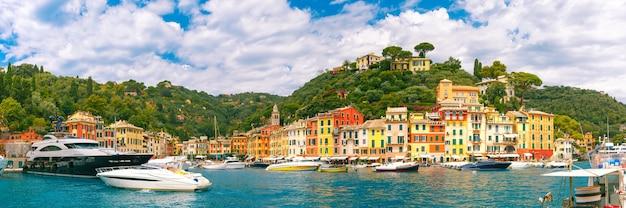 Panoramiczny widok na malowniczy port wioski rybackiej portofino na włoskiej riwierze, liguria, włochy.