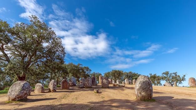 Panoramiczny widok na megalityczny kompleks almendres cromlech (cromelelique dos almendres) evora, region alentejo, portugalia