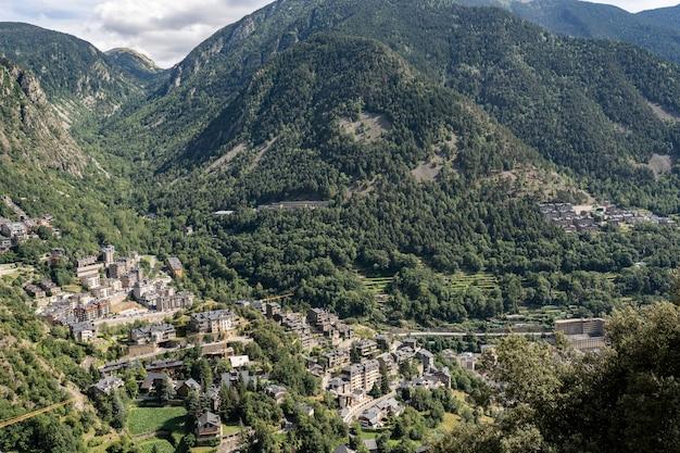 Panoramiczny widok na miasto andorra la bella