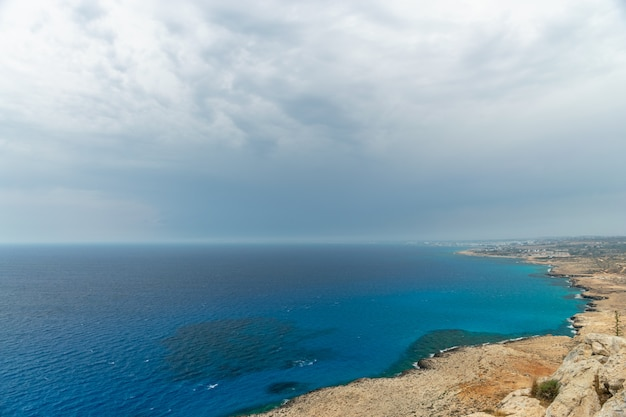Panoramiczny widok na miasto ayia napa z punktu widzenia na szczycie góry cape cavo greco