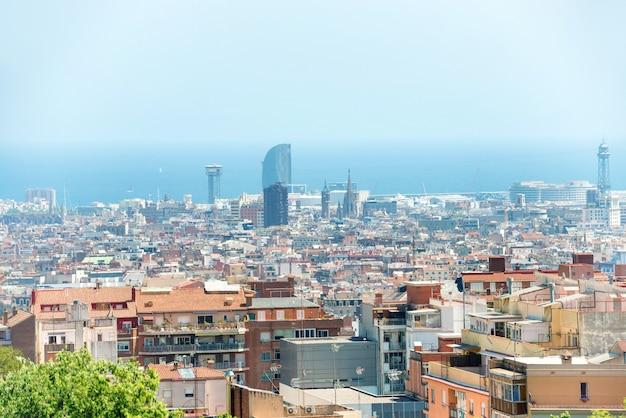 Panoramiczny widok na miasto barcelona, pejzaż miejski z budynkami i błękitnym morzem