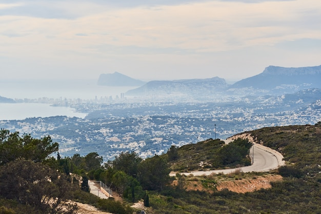 Panoramiczny widok na miasto calpe w hiszpanii.