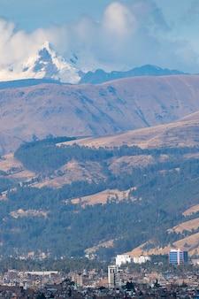 Panoramiczny widok na miasto huancayo u podnóża imponujących gór i zaśnieżonej huaytapallana