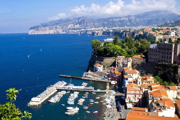 Panoramiczny widok na miasto i morze w słoneczny dzień. włochy.