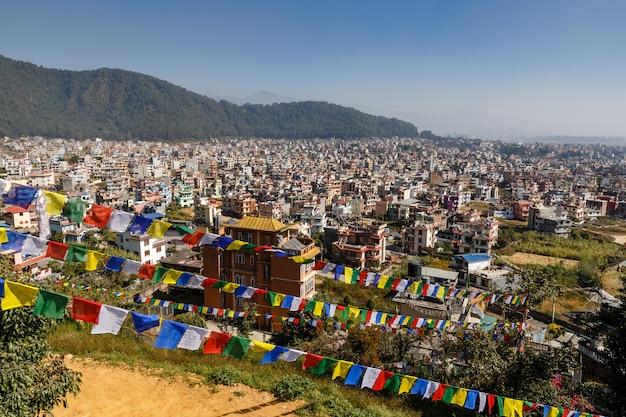 Panoramiczny widok na miasto katmandu, nagarjun, nepal