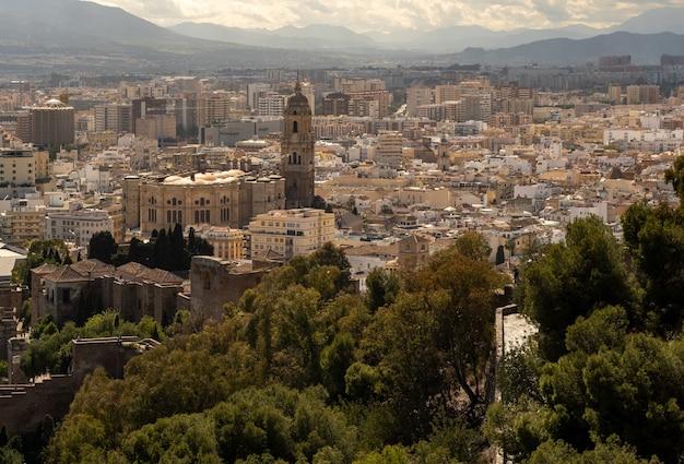 Panoramiczny widok na miasto malaga w okresie letnim.