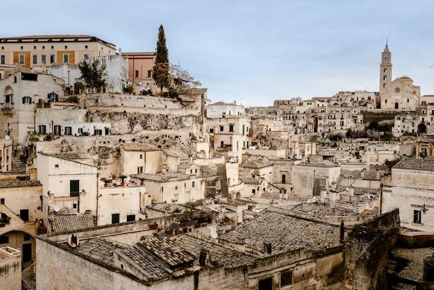 Panoramiczny widok na miasto matera we włoszech, starożytna ciekawa wioska dla turystów do zbudowania w skałach w jaskiniach i kamiennych domach