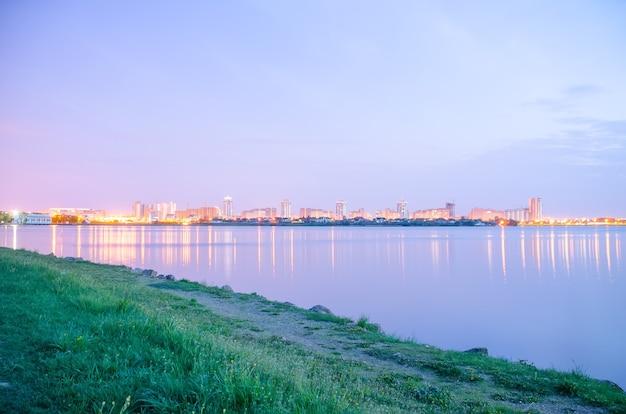 Panoramiczny widok na miasto nocą w światłach