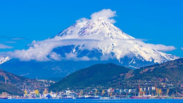 Panoramiczny widok na miasto pietropawłowsk kamczacki i wulkany: wulkan koryaksky, wulkan avacha, wulkan kozelsky. rosyjski daleki wschód, kamczatka
