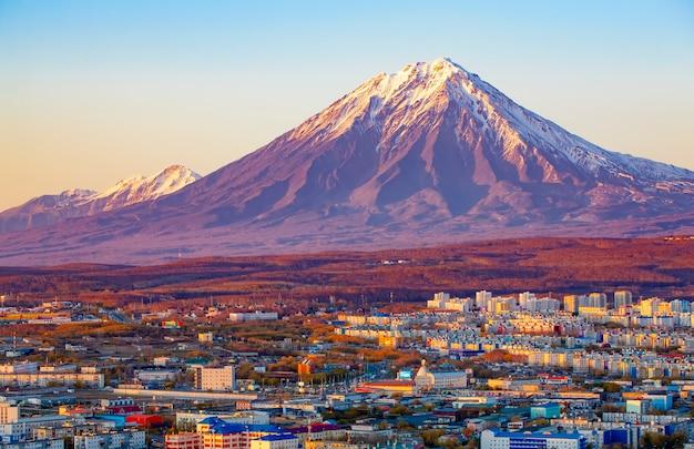 Panoramiczny widok na miasto pietropawłowsk kamczacki i wulkany