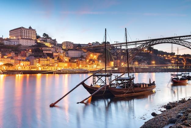 Panoramiczny widok na miasto porto i rzekę douro w portugalii.
