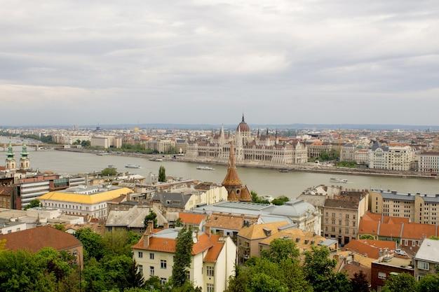 Panoramiczny widok na miasto, rzekę i wyspę.budapeszt. węgry.