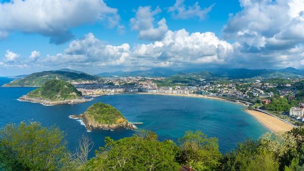 Panoramiczny widok na miasto san sebastian z góry igeldo, gipuzkoa