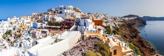 Panoramiczny widok na miejscowość oia, wyspa santorini, grecja