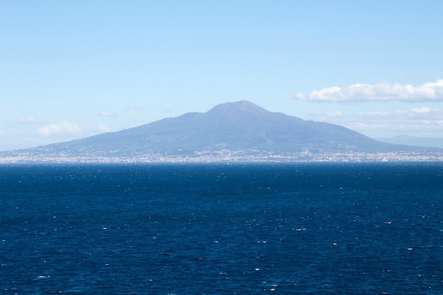 Panoramiczny widok na morze i wulkan w słoneczny dzień. włochy.