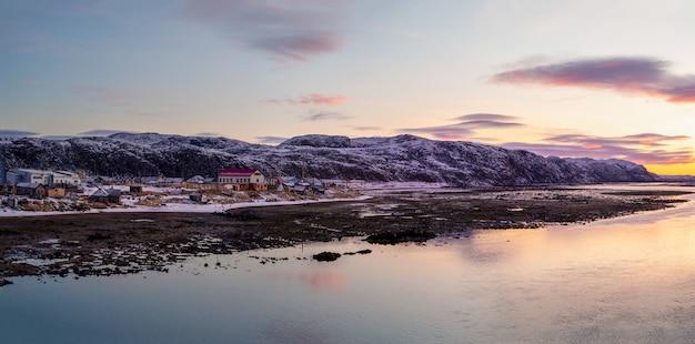Panoramiczny widok na morze podczas odpływu. autentyczna północna wioska teriberka. półwysep kolski, rosja.