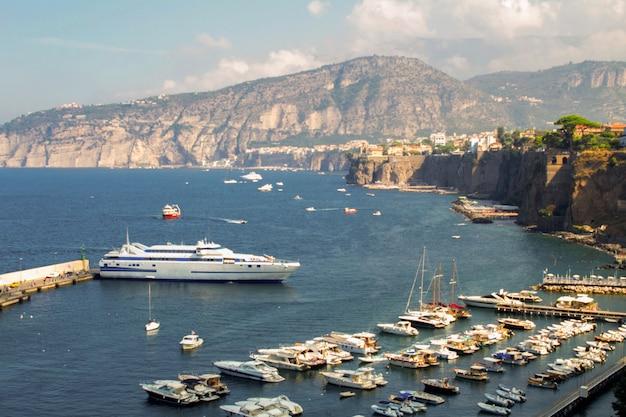 Panoramiczny widok na morze, port i miasto w słoneczny dzień. włochy.