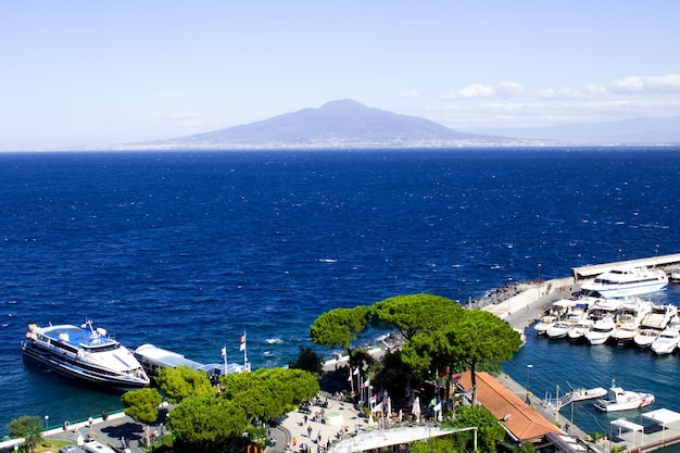 Panoramiczny widok na morze, port i wulkan w słoneczny dzień. włochy.
