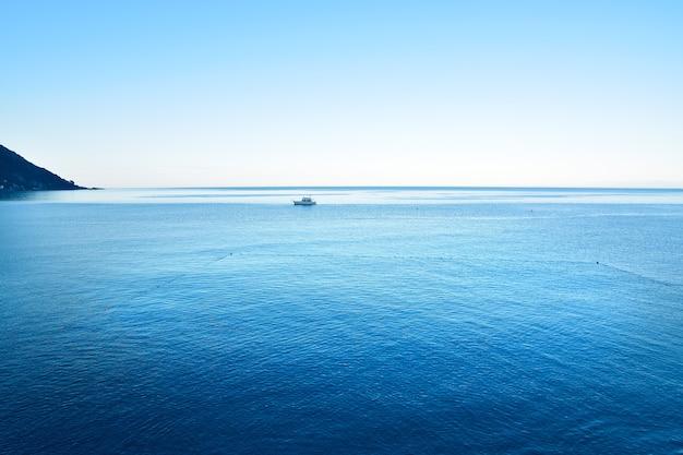 Panoramiczny widok na morze w ligurii w camogli