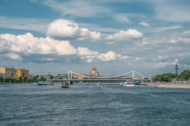 Panoramiczny widok na moskwę i most nad rzeką w słoneczny dzień
