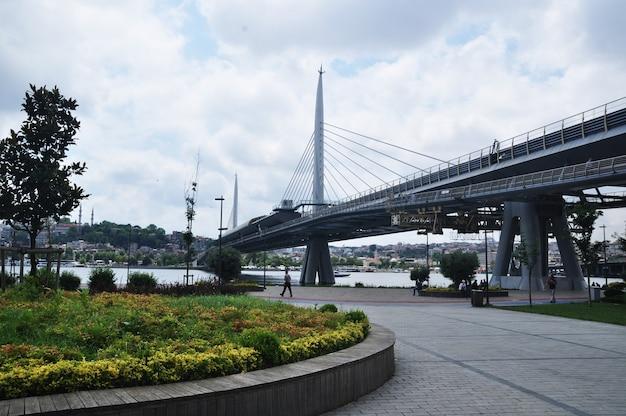 Panoramiczny widok na most i plac. letni dzień w stambule.