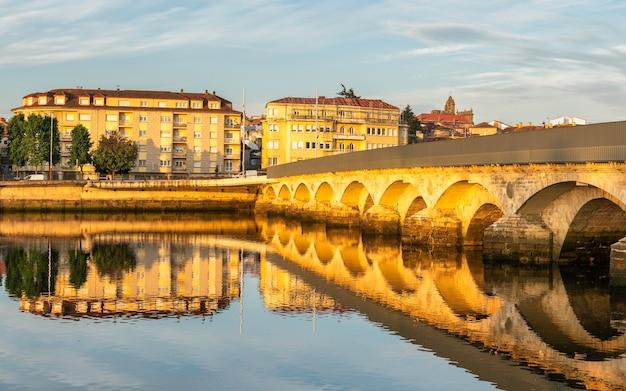 Panoramiczny widok na most rzymski i miasto pontevedra w galicji, hiszpania.