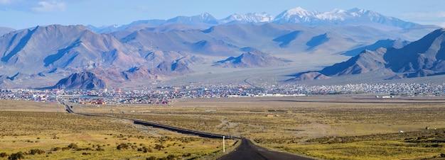 Panoramiczny widok na naturę mongolii w prowincji bayan-ulgiy
