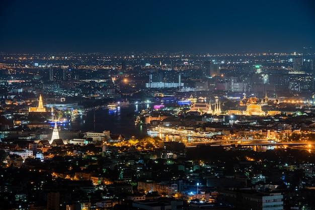 Panoramiczny widok na nocną panoramę bangkoku