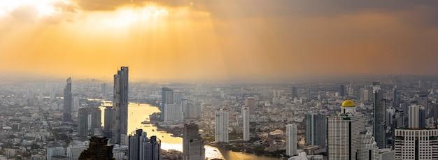 Panoramiczny widok na nowoczesne budynki wieżowce w centrum bangkoku