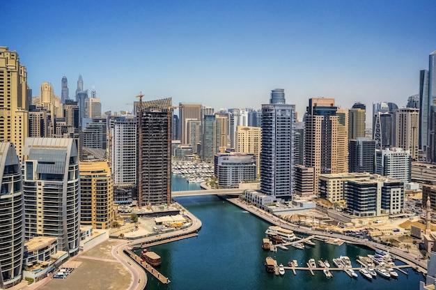 Panoramiczny widok na nowoczesne miasto dubaj.