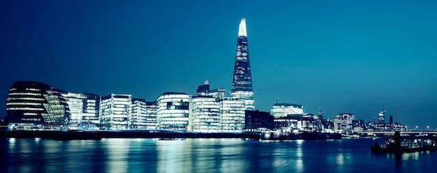 Panoramiczny widok na nowy ratusz w londynie nocą, specjalna obróbka fotograficzna.