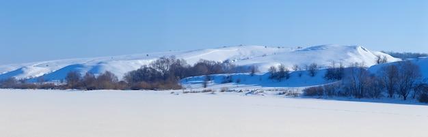 Panoramiczny widok na ośnieżone wzgórza w centrum. zimowy słoneczny dzień.