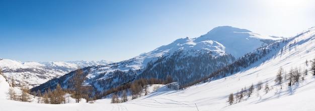 Panoramiczny widok na ośrodek narciarski sestriere z góry