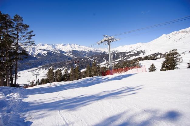 Panoramiczny widok na ośrodek sportowy na ferie zimowe.