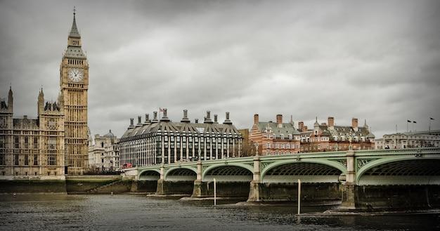Panoramiczny widok na pałac westminster i big ben