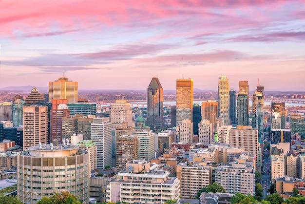 Panoramiczny widok na panoramę centrum montrealu z góry o zachodzie słońca w kanadzie