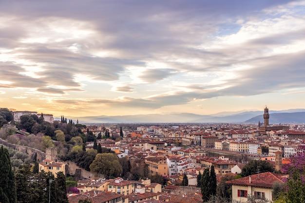 Panoramiczny widok na panoramę florencji o zachodzie słońca ze słynnym palazzo vecchio i ponte vecchio. toskania, włochy
