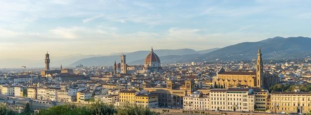 Panoramiczny widok na panoramę florencji z widokiem na katedrę we florencji w toskanii we włoszech.