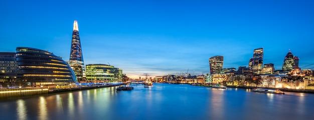 Panoramiczny widok na panoramę londynu z tower bridge.