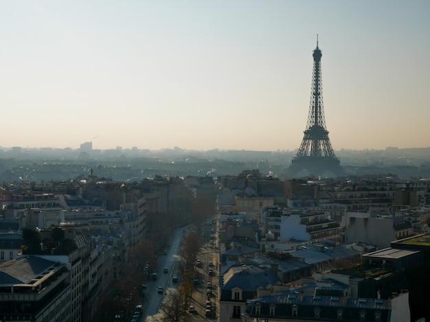 Panoramiczny widok na paryż z wieżą eiffla.