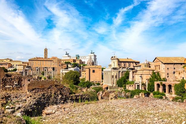 Panoramiczny widok na pejzaż z forum romanum i rzymskiego ołtarza ojczyzny w rzymie, włochy. światowej sławy zabytki we włoszech w słoneczny letni dzień.