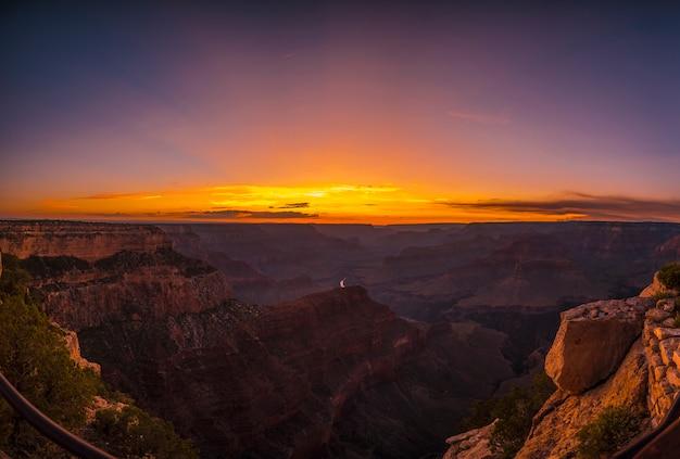 Panoramiczny widok na piękny zachód słońca w hopi point w wielkim kanionie. arizona