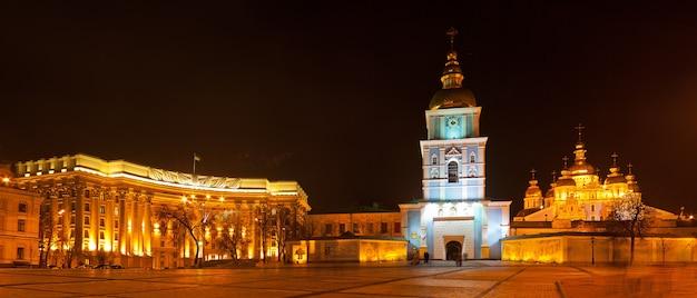 Panoramiczny widok na plac mikhaylivska w kijowie, ukraina