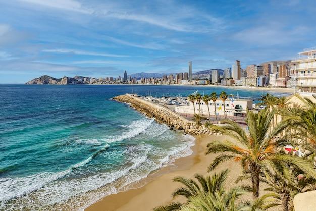 Panoramiczny widok na playa de poniente w benidorm, słynnego kurortu na śródziemnomorskim wybrzeżu hiszpanii