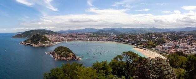 Panoramiczny widok na plażę la concha w mieście san sebastian