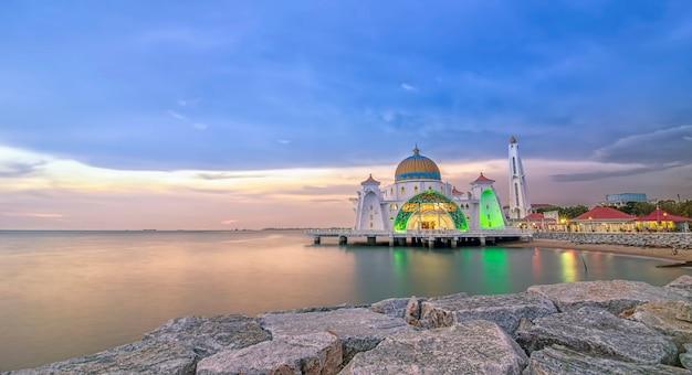 Panoramiczny widok na pływający meczet publiczny podczas niesamowitego zachodu słońca