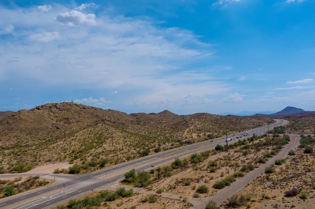 Panoramiczny widok na podróż z dużą prędkością przez pustynię w arizonie do odległych gór