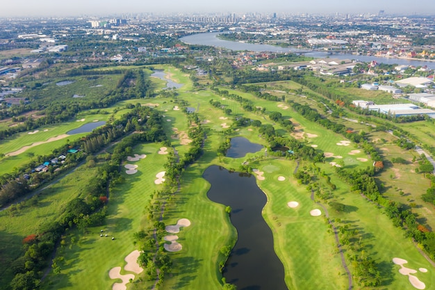 Panoramiczny widok na pole golfowe i domy w mieście.