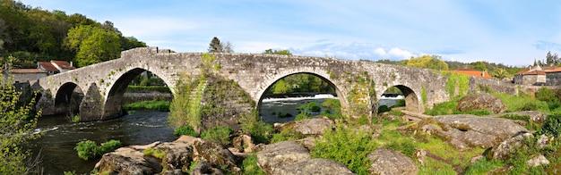 Panoramiczny widok na ponte maceira i jego stary kamienny most